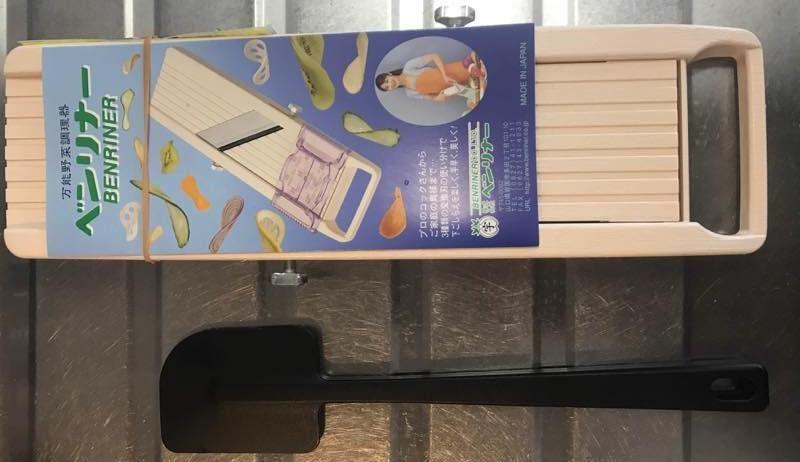 ベンリナー本体と無印良品のシリコーンスパチュラ(約長さ26cm)との比較画像