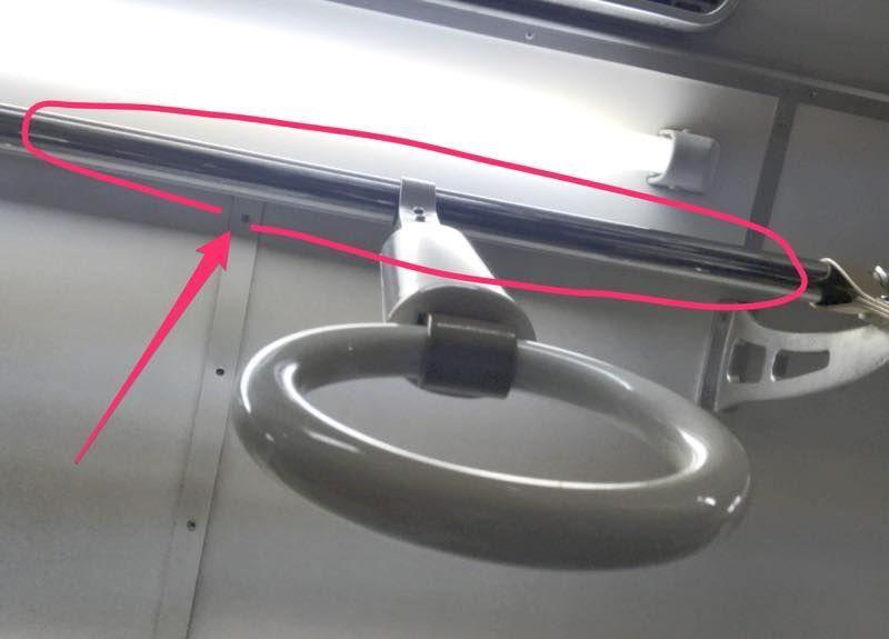 電車内の吊り革を通している棒の画像