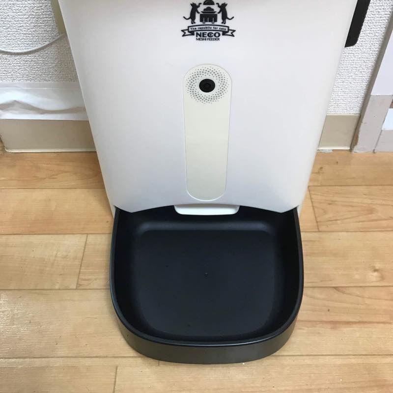 ネコメシフィーダーの黒いプラスチックの受け皿